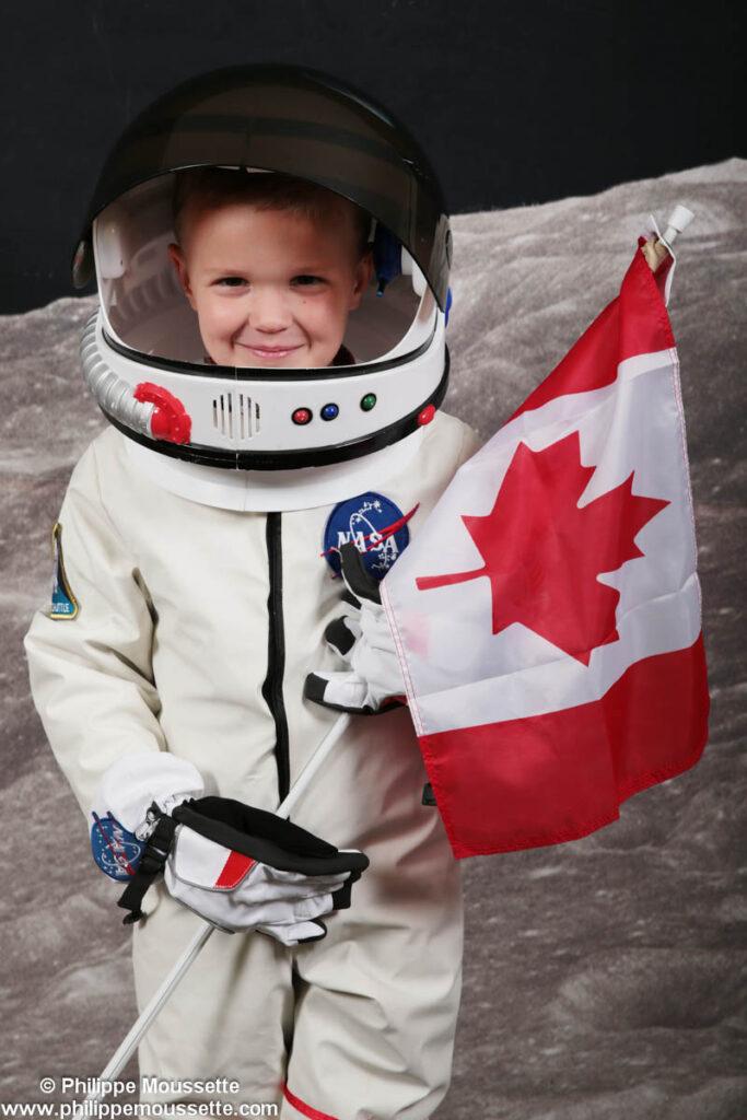 Enfant déguisé en astronaute avec drapeau du Canada