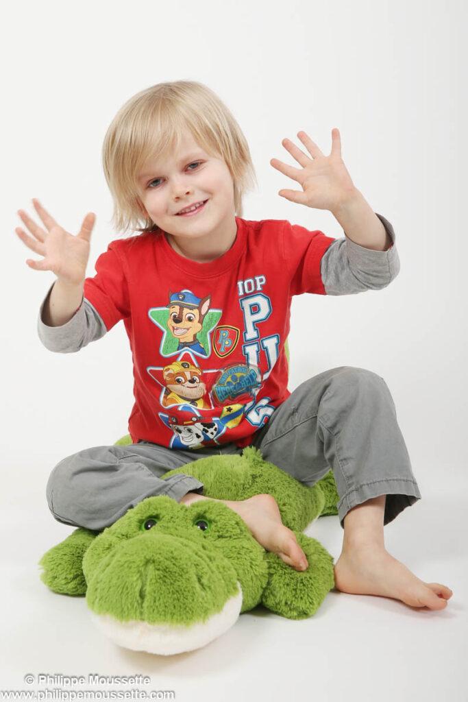 Enfant avec toutou crocodile