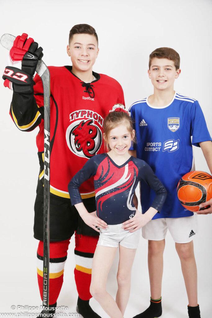 Enfants vêtus de leurs équipements sportifs