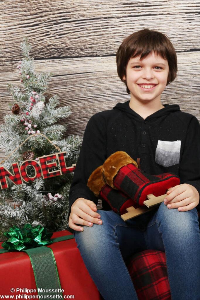 Garçon dans un décor de Noël
