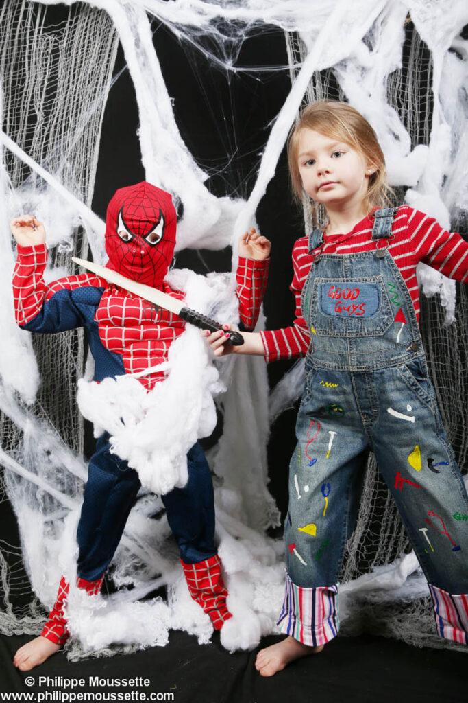Fillette avec couteau et Spiderman