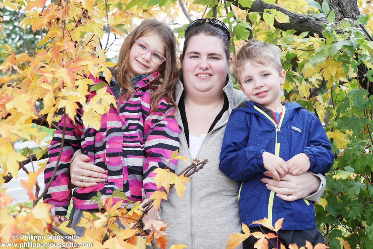 Maman et ses deux enfants dans le bois
