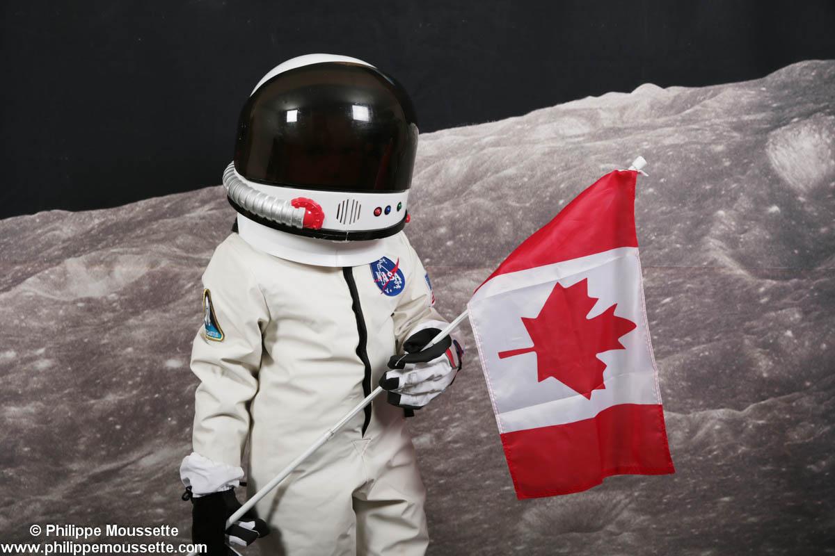 Petit astronaute avec drapeau